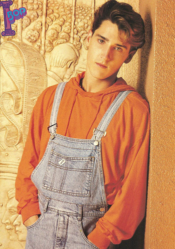 NKOTB's Jonathan Knight sporting some overalls (photo credit: xnkotbx)